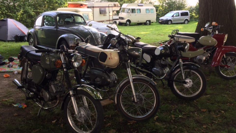 Mopeds und Campen – eine Welt